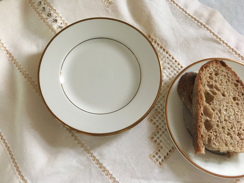 PATTERN CAPRICE BY CASTLETON USA DINNER PLATE GRAY FLORAL ON RIM GOLD VERGE