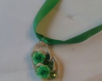 Green rose and crystals seashell necklace