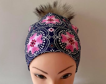 tuque beanie bonnet lined autumn winter woman jersey lycra fluri pink navy blue background pompom interchangeable faux fur raccoon