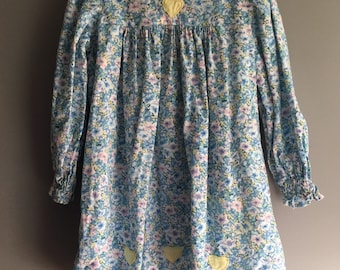 Vintage floral dress with Peter Pan collar and empire waist, size 4 to 6