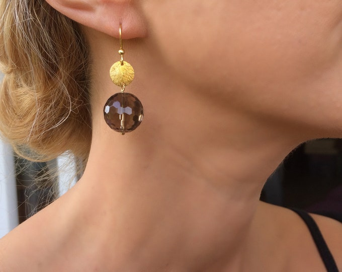Simple yet so stylish earrings with a smoky quartz stone and a brushed gold disc