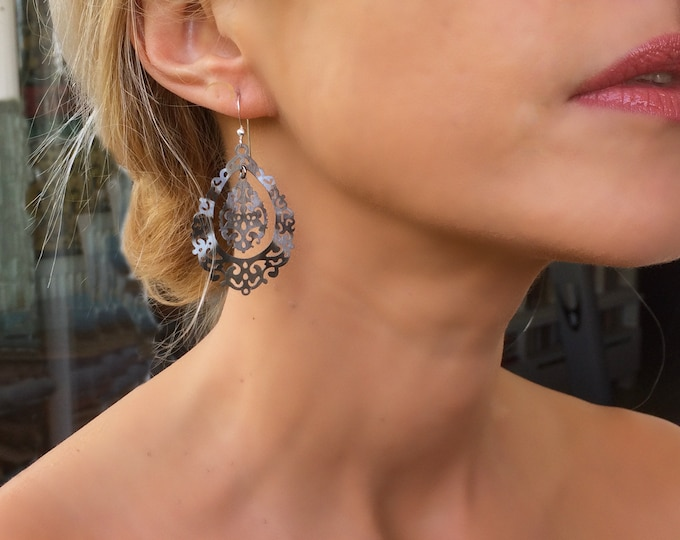Charming and elegant black lace dangle earrings.