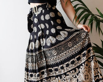Cool 90s high waisted maxi skirt with print