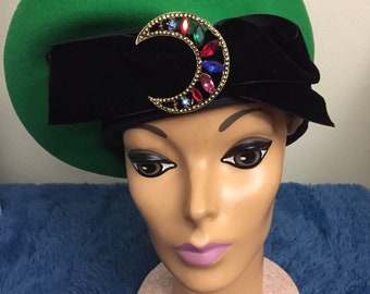 Vintage 1970s eric javits french beret for woman. Beautiful stones in  front. Green beret with black accent 91609f6a3c6