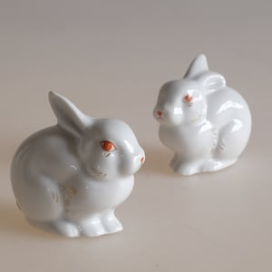 White Rabbits Rabbit Figurines Bunny Statues Vintage Pair of White Easter Rabbit Salt and Pepper Shakers Vintage Easter Decor B16