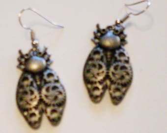 Clockwork Beetle earrings: steampunk earrings with gray beetles made of gears