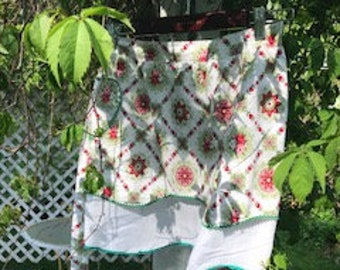 Vintage half apron with ric rac trim.  Great print and colors.