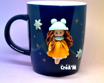 Mug (Tasse) décoré avec poupette en pâte polymère fimo 3D - Tons ocre bleu  ciel - Cheveux brun - Modèle unique fait à la main a9f7de4c2ec