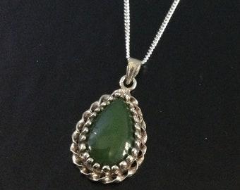 Vintage silvertone and green semi precious stone heart pendant necklace agate jade