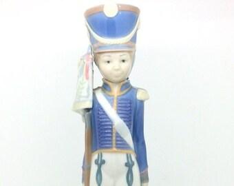 Lladro Porcelain Figurine 5405 Soldier Figure Flag Bearer c1980 AF Lladró