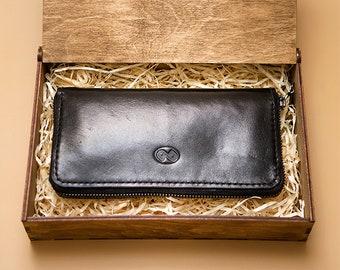 Wallet on a circular zipper
