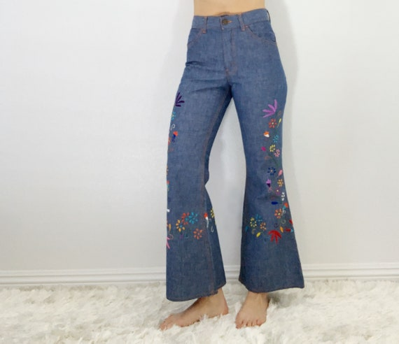 Vintage Levi's embroidered bell bottoms size 25/26 - image 2