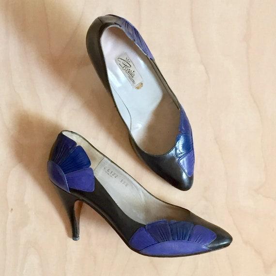 Vintage 50s blue leather pumps. Black floral heels