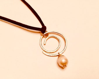 14k Gold fill hammered swirl circle pendant necklace with pearl charm on suede cord