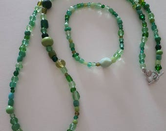 Glass beads in green tones necklace and bracelet set