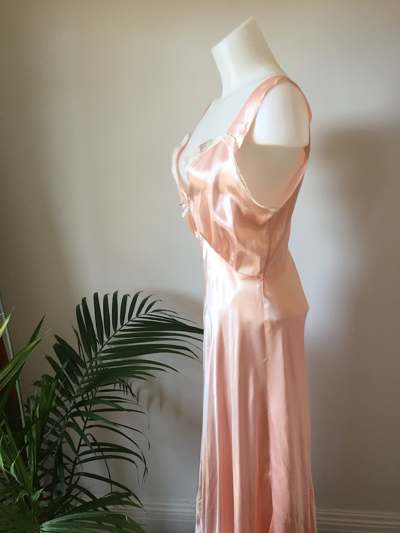 Vintage 30s Nightgown Peach Nightgown Bias Cut Silk Charmeuse Nightgown Charna Lea Label Size 34 Lace Trim on Bodice Scalloped Hem