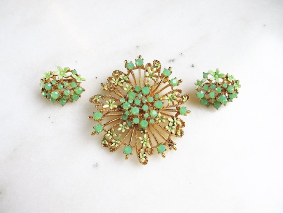 Vintage Costume Jewelry Brooch with Vibrant Two-toned Spring Green Rhinestones in Flower Design Set in Detailed Gold Toned Metal #832
