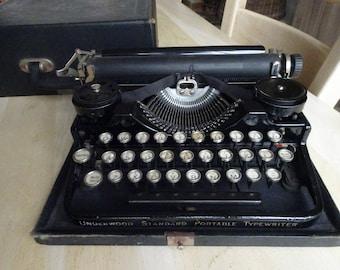 QWERTY Manual vintage  compact TYPEWRITER Jet Black UNDERWOOD 320 case