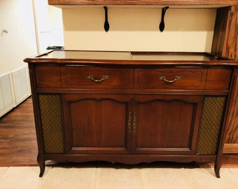 Superieur French Provincial Magnavox Stereophonic Console Record Player U0026 AN/FM Radio