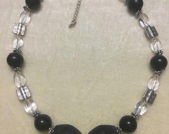 Elegant monotone necklace