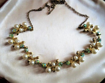 Beautiful vintage 1940s/50s faux pearl and aurora borealis necklace