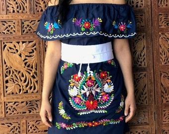 61a5a394cec4 Vestido Mexicano Campesino Tehuacán. Hermoso Vestido Diseño de Flores  Grandes. Incluye Fajo. Envío Gratis.