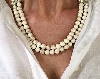 Collier howlite blanche     perles d accent Vintage Chanel     peut se  porter long ou court 566871bb57e