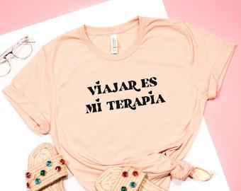 Viajar Es Mi Terapia, latina travel t-shirt, cute shirt, latina saying tee, camiseta de viaje, spanish t-shirt, simply latina, latin chic
