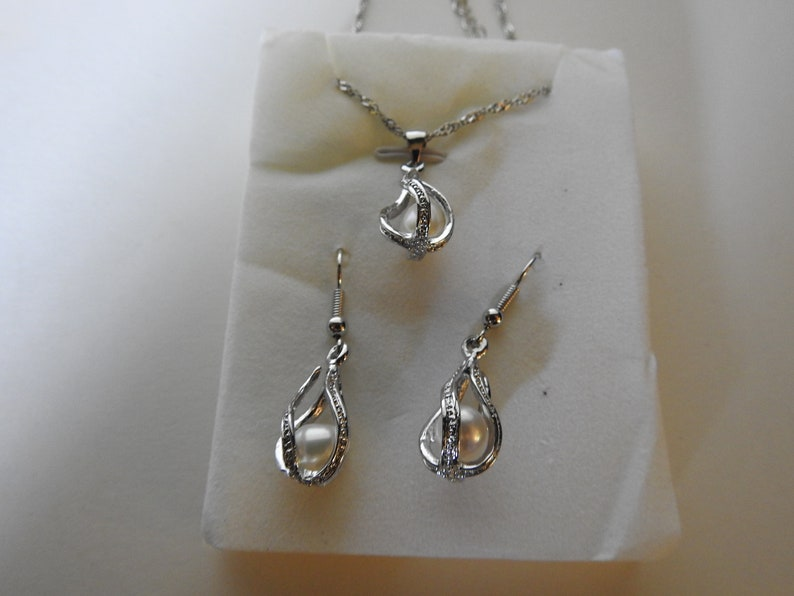 Vintage unbranded costume jewelry necklace and earring set