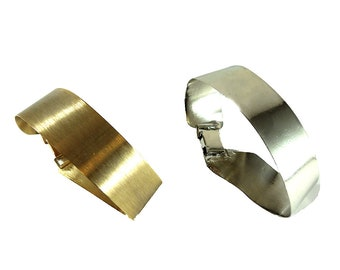 Uneven striped rigid cuff with closure