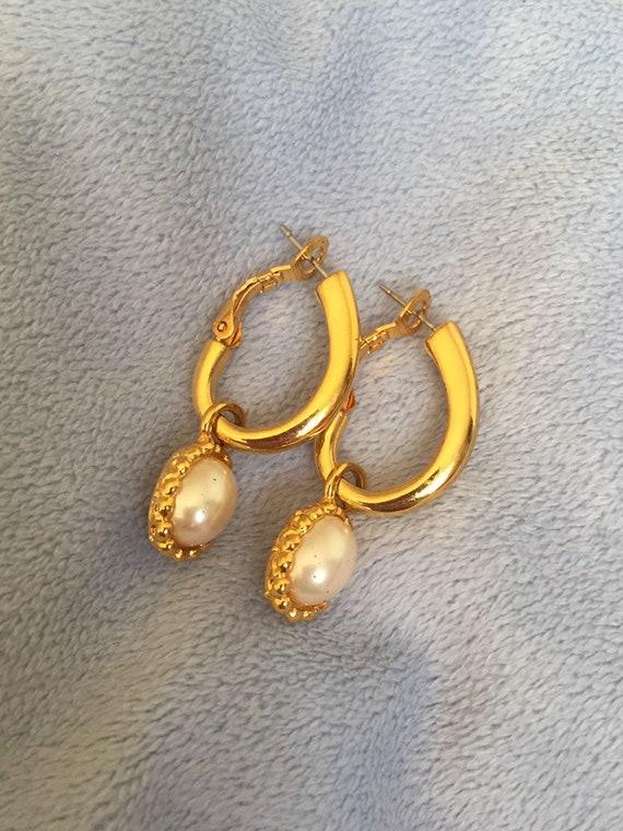 Vintage Liz Claiborne Pearl Charm Hoop Earrings su