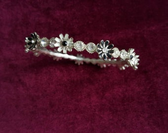 Bracelet with crystals and flowers