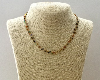 Micro-Pierres dangling on gold chain