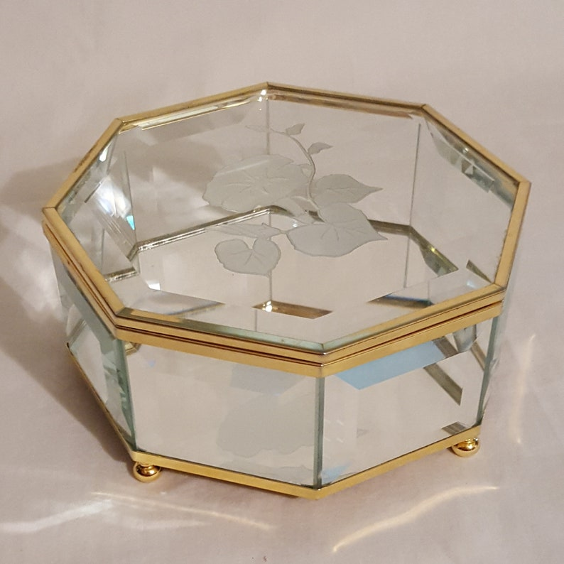 Excellent medium octagon brass beveled etched glass morning glory hinge lid footed vanity dresser trinket jewelry casket display box mirror