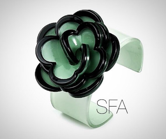 Stunning Kizzie acrylic flower bangle in vintage green and black, expandable.