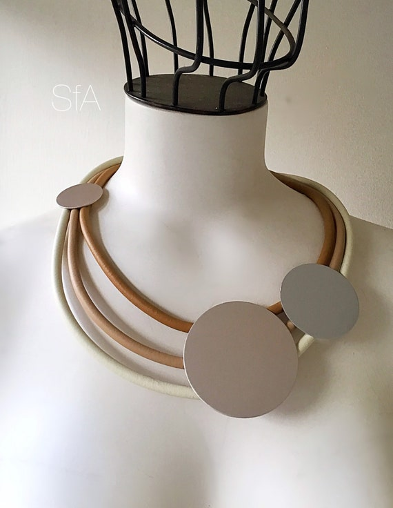 Rubber necklace, short multi thread, in caramel and cream, with silver frosted discs.