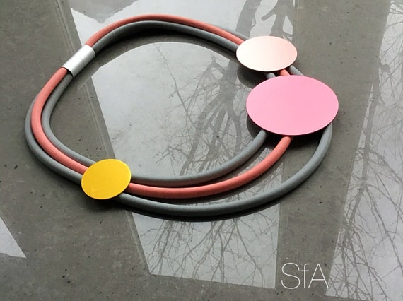 Lagenlook, geo, rubber necklace, short multi thread, in pink and grey thread, with frosted discs.