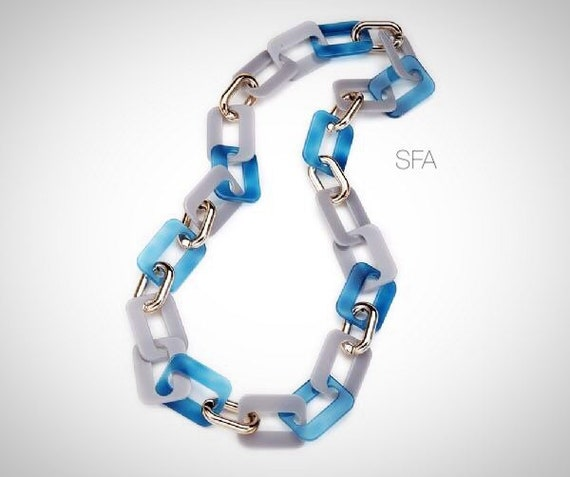 The Amanda acrylic chunky chain nacklace in pale blue and grey with smaller pale gold links.
