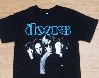 117177d2 THE DOORS† - Blue Letters - Group Picture Print - Black- Unisex Adult  T-shirt - S- 3XL