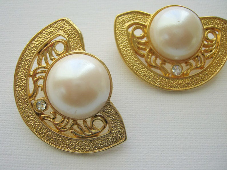 large brooch and large stud earrings in a fan shape with faux pearls and white clear crystals Jewelry set Vintage gold tone jewelry set