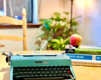 1967 Olivetti *LETTERA 32* Working ULTRA-PORTABLE Manual Typewriter, Made in Italy