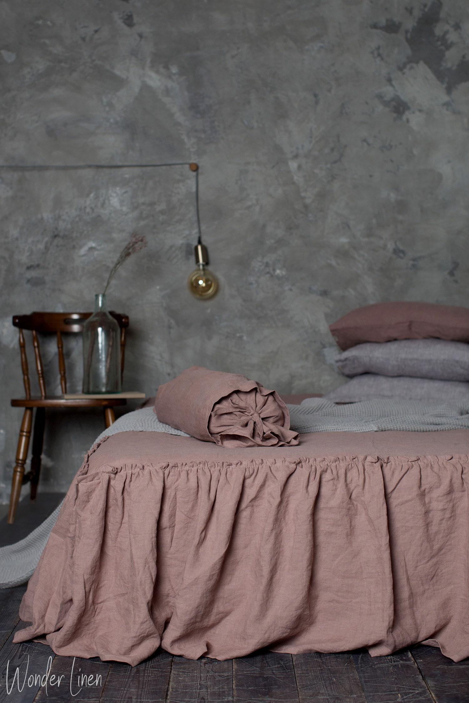Couverture de lit en lin. Jupe de lit de ferme avec des volants. Woodrose lavé lin doux literie roi ébouriffé. Shaby poussin reine lin literie.