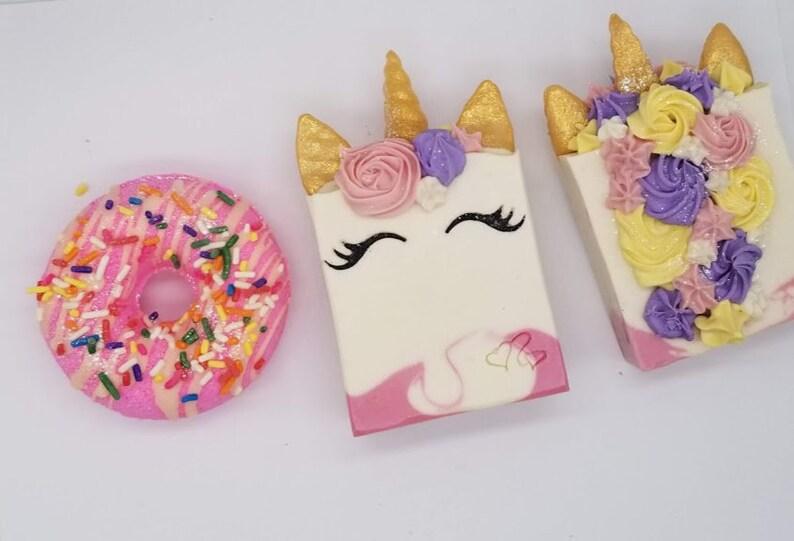bathbombs gift set unicorn bath bomb pink with glitter smiling unicorn set