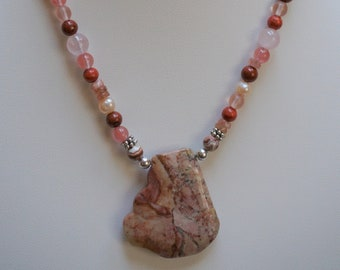 Women's pendant necklace in pink and coral