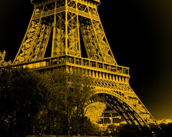 Yellow and black digital illustration of the Eiffel Tower, in the city of Paris, at night, to print yourself