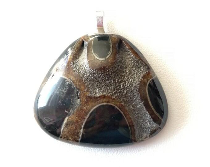 Marron-métallique / AMMONITE PYRISEE triangulaire montée en pendentif - 19,9grs - bijoux