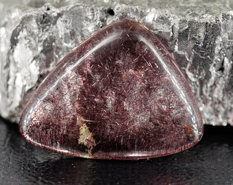 Purple / CACOCHYNITE (Cacoxenite / Super Seven / Melody Stone) - triangular Cabochon - 18 cts - 25 X 23 X 20 mm - for fitting jewelry
