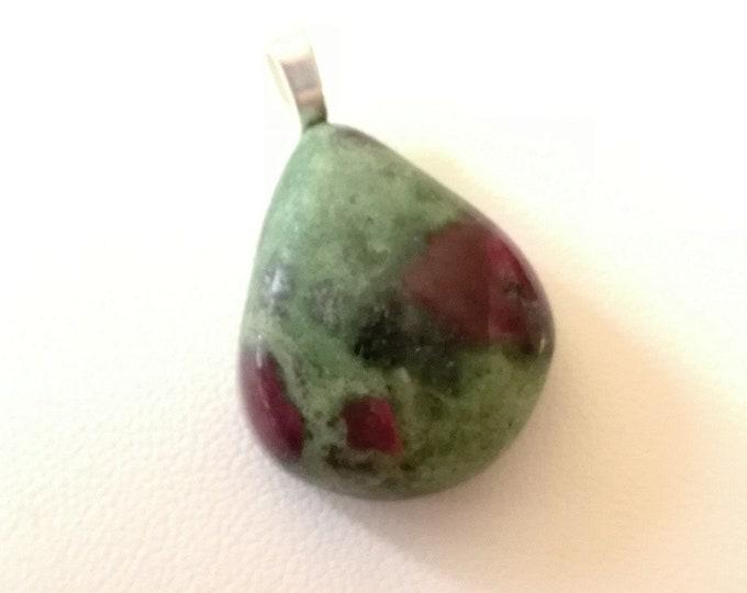 Vert-Violet-Rose / RUBIS sur FUSHITE- Cabochon triangulaire monté en pendentif - 10,6grs - Bijoux
