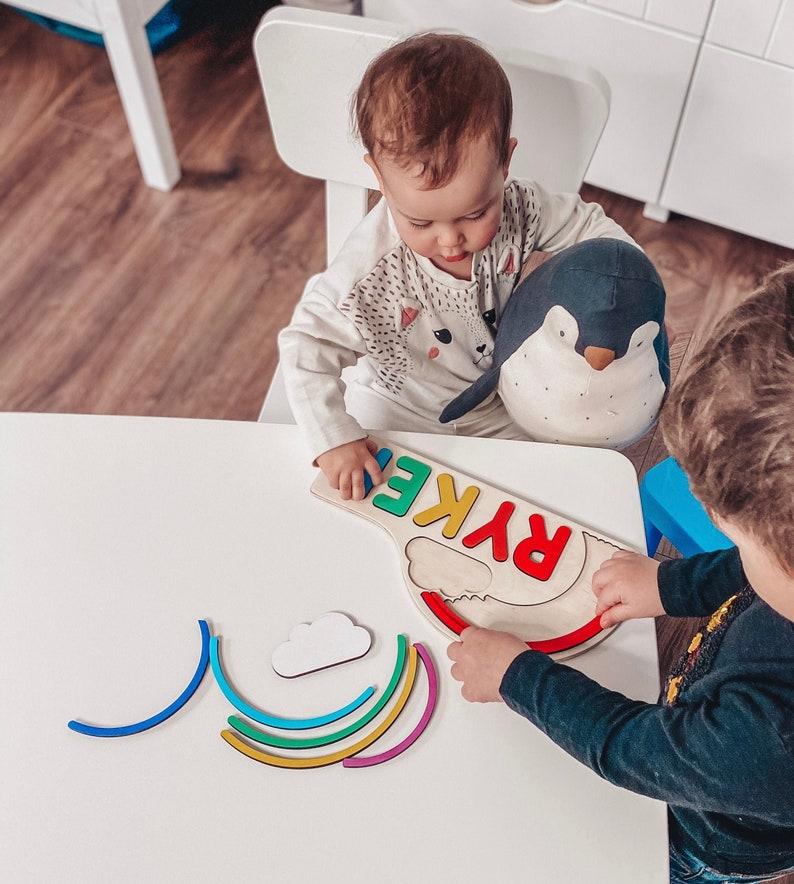 Puzzle Montessori arc en ciel avec le prénom de l'enfant - Créatrice ETSY : BusyPuzzle