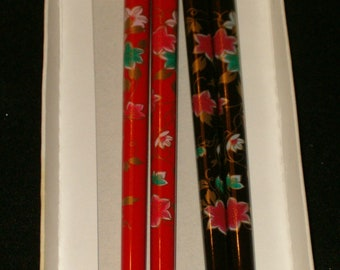 Vintage Set Of 2 Pair Japanese Hand Painted Wooden Lacquered Chopsticks 1 Red 1 Black Floral Design